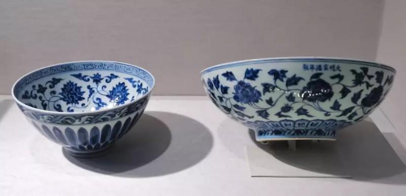 明宣德青花莲瓣纹瓷碗(左) 纹
