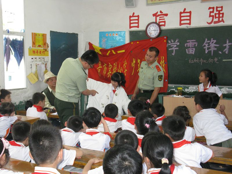珠山消防支队为我校学生讲解消防器材